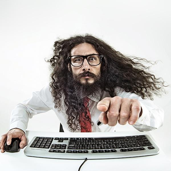 Man mit langem Haar und Brille