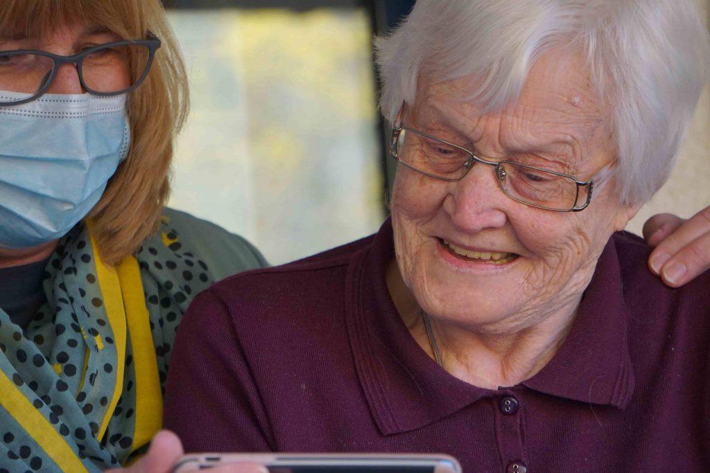 Altenpfleger und Patient